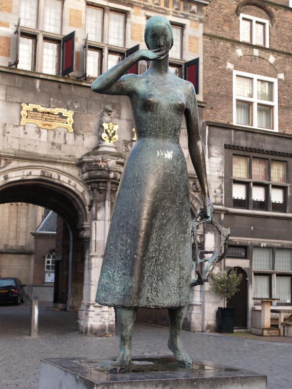 Nijmegen netherlands grote markt 39 mariken van nieumeghen 39 - Beeld het meisje van ...