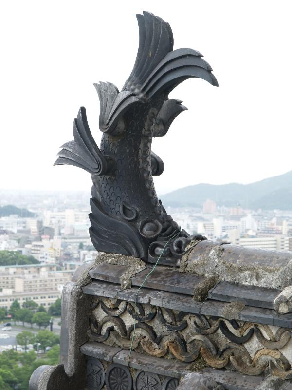 Himeji japan castle fish decoration at top of roof for Statue carpe koi