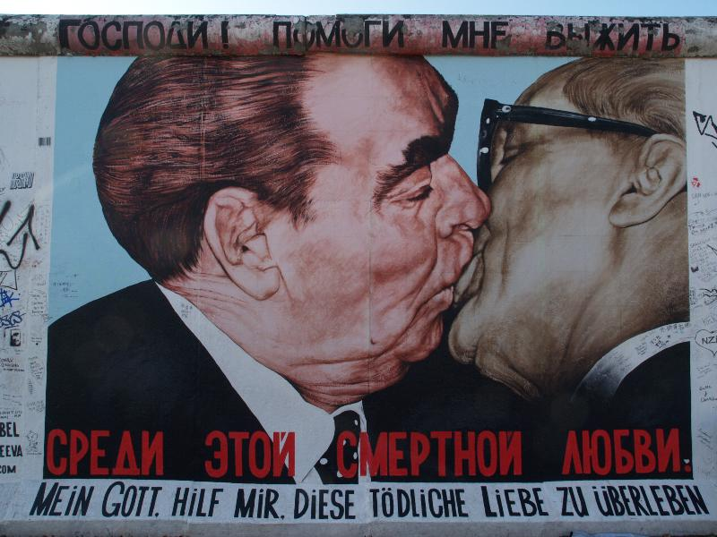 Berlim, Alemanha: East Side Gallery (Muro de Berlim): Mein Gott hilf mir, diese toedliche Liebe zu uberleben (Meu Deus me ajudar a sobreviver a esse amor mortal) (Dmitri Vrubel, assistido por Viktoria Timofeeva)